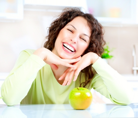 Diëten concept Gezonde Voeding Jonge Vrouw Eet Vers Fruit