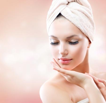 tratamiento facial: Hermosa Niña después del baño Tocar Su Piel Cuidado del Rostro Foto de archivo