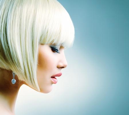 Schöne Modell mit kurzen blonden Haaren