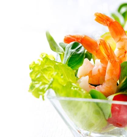 lechuga: Coctel de camarón o gamba aislado en blanco