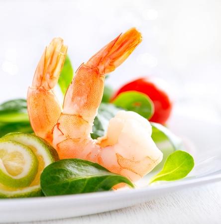gamba: Ensalada de langostinos Ensalada de camarones con verduras mixtas saludable y tomates