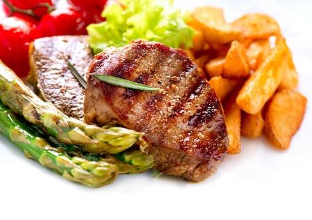 튀긴 감자, 아스파라거스, 토마토와 구운 쇠고기 스테이크 고기