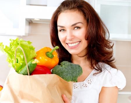 groceries: Mujer joven feliz con verduras en concepto de dieta bolsa de compras