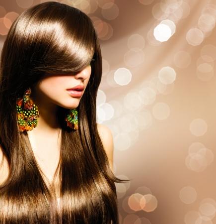 sal�n: Hermosa chica morena de pelo largo saludable Brown Foto de archivo