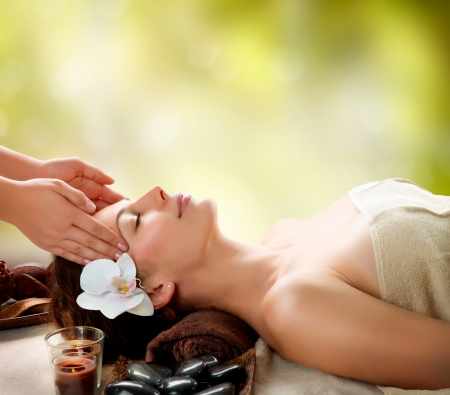 ansikts: Spa Massage Ung kvinna att få Ansiktsmassage