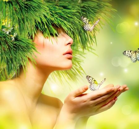草の髪と緑の化粧の春の女性夏の女の子