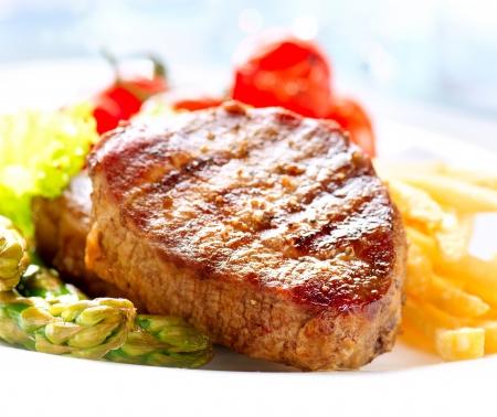 carne asada: Grilled Beef Steak carne con patatas fritas, esp�rragos, tomates