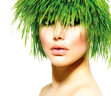 Belleza Primavera Mujer con Fresh Green Grass Summer Hair Naturaleza