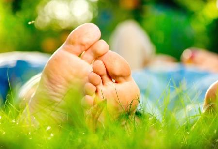 pied jeune fille: Parc jeune couple allong� sur l'herbe en plein air Banque d'images