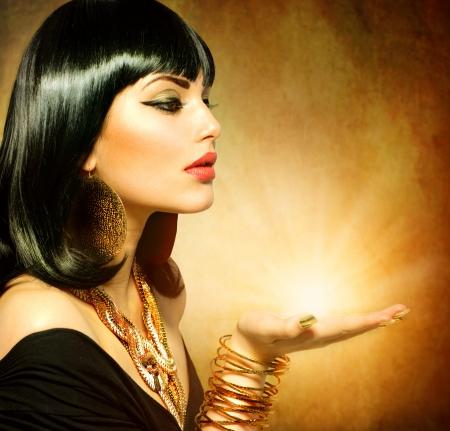 milagro: Mujer Estilo egipcio con la luz m�gica en la mano