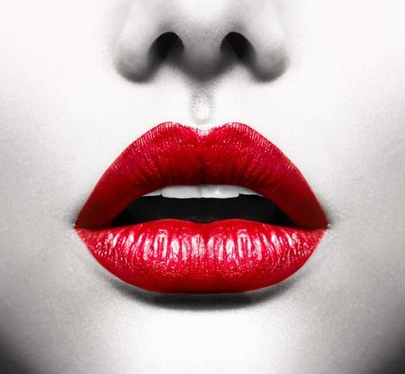 zoenen: Sexy Lips conceptuele afbeelding met Vivid Red Open Mond