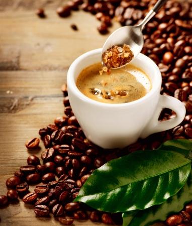 bönor: Kaffe Espresso kopp kaffe och farinsocker Stockfoto