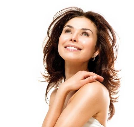 pluma blanca: Hermosa mujer joven tocar su piel retrato en blanco