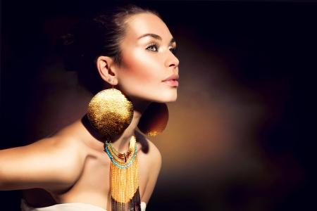edelstenen: Fashion Portret Vrouw Gouden juwelen Trendy Make-up