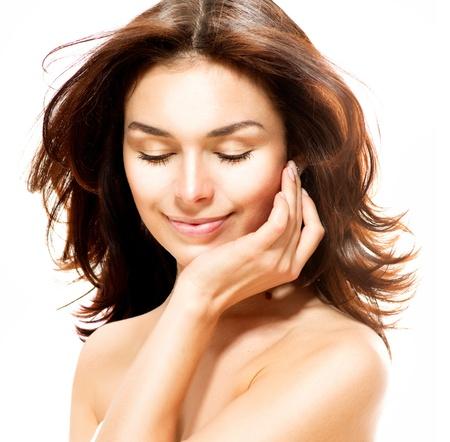 piel: Hermosa joven retrato femenino aislados en blanco Piel Perfecta