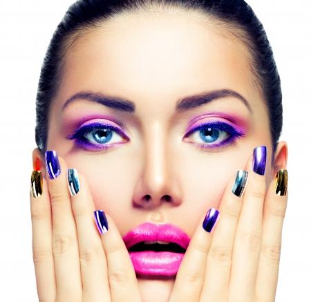 美容化粧紫色のメイクアップとカラフルな明るい爪