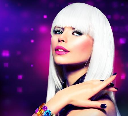 a bob: Fashion Disco Party Girl Retrato p�rpura del maquillaje y el pelo blanco