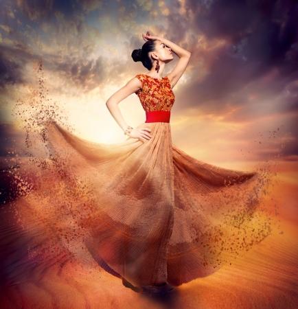 mooie vrouwen: Dancing Fashion Vrouw draagt Blowing Lange Chiffon Jurk Stockfoto