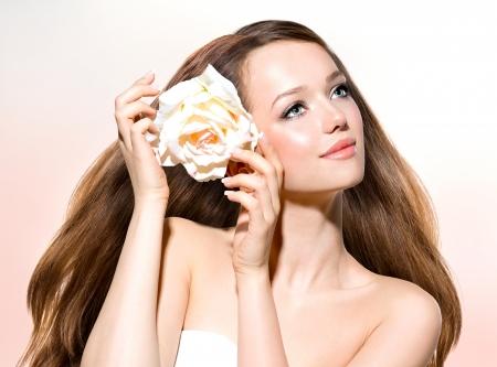 Schoonheid Meisje Mooi model met Roos Bloem Stockfoto
