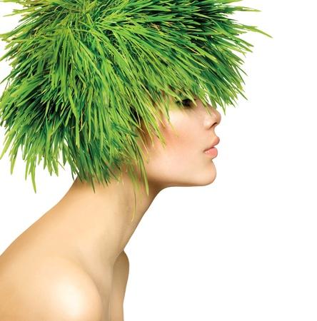 신선한 녹색 잔디 머리를 가진 아름다움 봄 여자