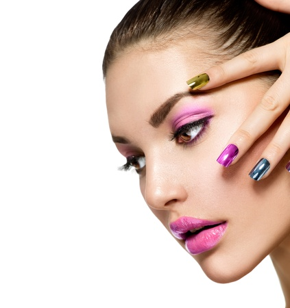 unas largas: Muchacha hermosa s cara de maquillaje y manicura Foto de archivo