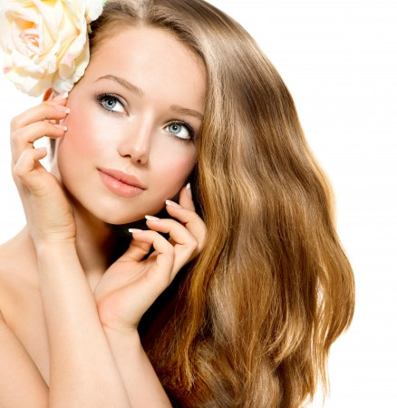 poses de modelos: Beauty Girl Hermosa modelo con la flor de Rose toca su cara Foto de archivo