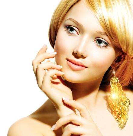 aretes: Beauty Blonde Fashion Model Muchacha con los pendientes de oro