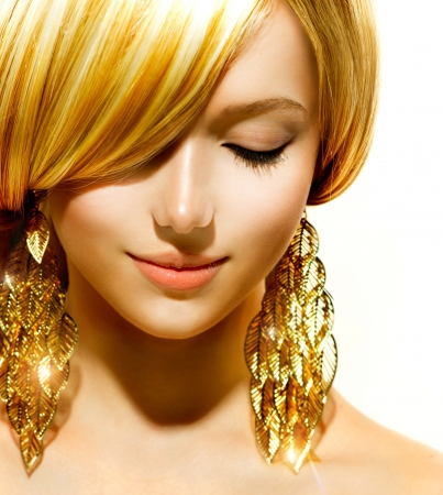 Beauty Blonde Fashion Model Muchacha con los pendientes de oro photo