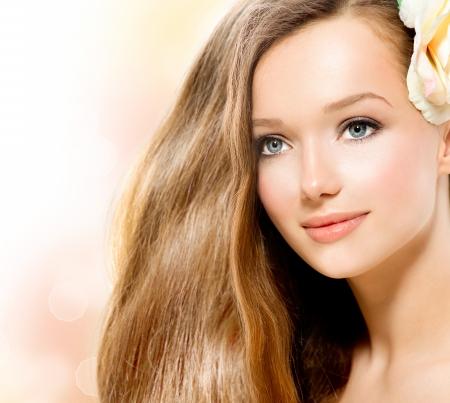 salon de belleza: Beauty Girl Hermosa modelo con la flor de Rose