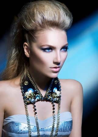 dishevel: Moda Rocker Style Girl Model Portrait Acconciatura