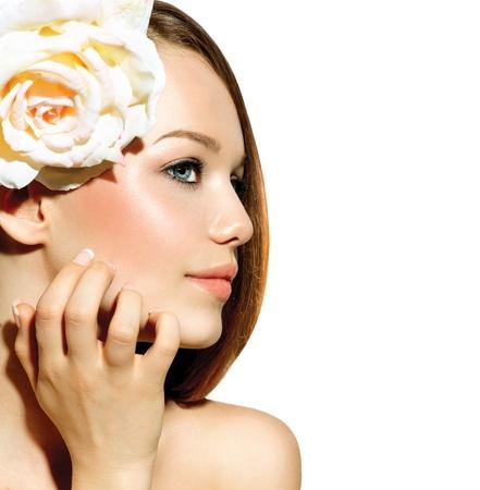 jolie fille: Beauty Girl Beau mod�le avec Rose Fleur de toucher son visage