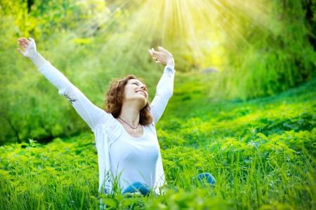 libertad: Hermoso al aire libre mujer joven disfrutar de la naturaleza Foto de archivo