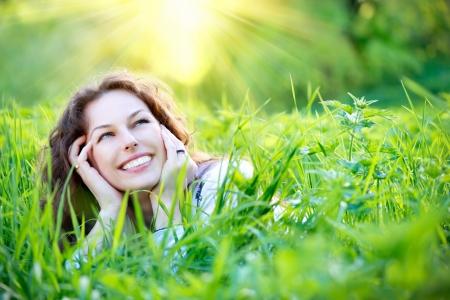 아름 다운 젊은 여자 옥외 자연을 즐기