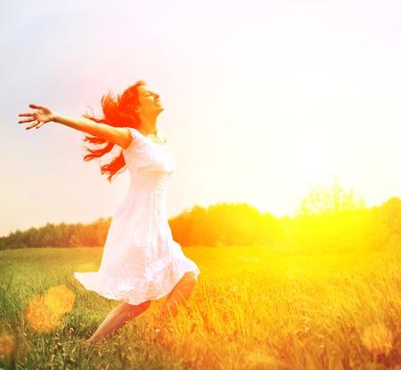 Placer feliz mujer libre Disfrutando Nature Girl Outdoor Foto de archivo