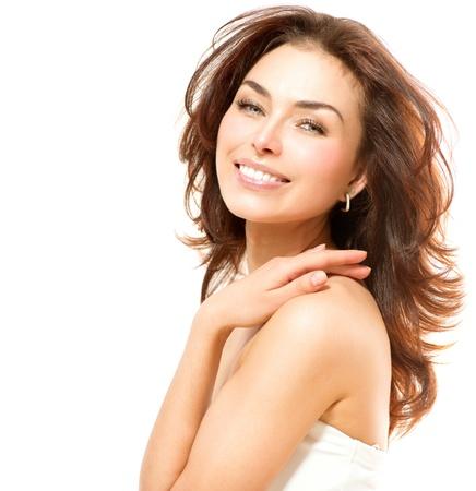 skönhet: Vackra unga kvinnliga stående isolerade på vit Perfect Skin