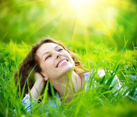 healthy teeth: Hermoso al aire libre mujer joven disfrutar de la naturaleza Foto de archivo
