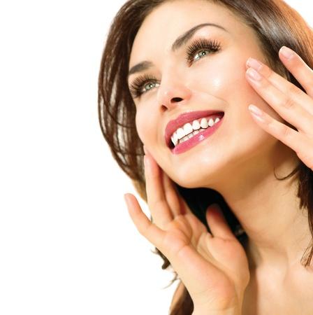ni�as sonriendo: Hermosa joven retrato femenino aislados en blanco Piel Perfecta