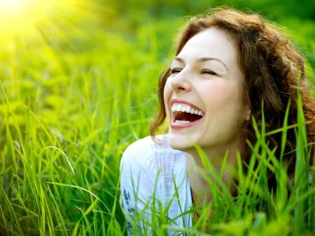 giggle: Hermoso al aire libre mujer joven disfrutar de la naturaleza Foto de archivo