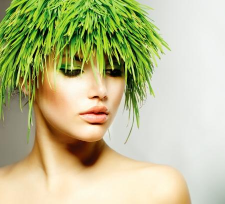 Beleza Primavera Mulher com grama verde fresca do cabelo