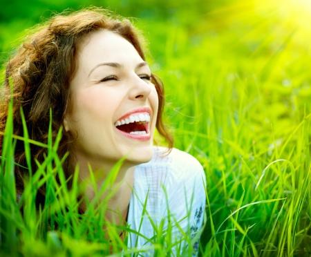 sonrisa: Hermoso al aire libre mujer joven disfrutar de la naturaleza Foto de archivo