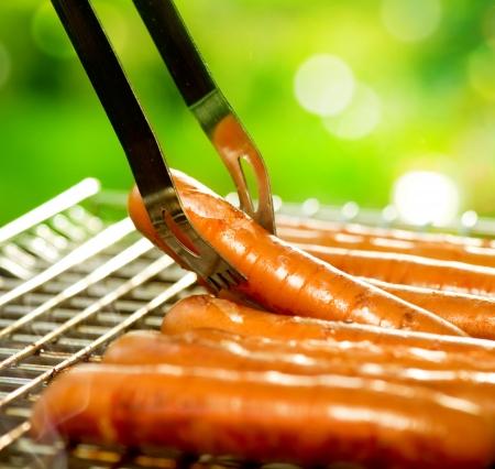 worsten: Gegrilde worst op de vlammende Grill BBQ Bearbeque buitenshuis