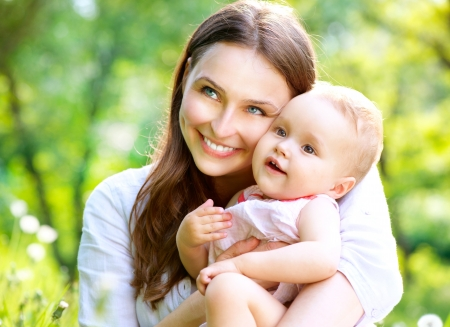 madre y bebe: Hermosa madre y del beb? al aire libre Naturaleza