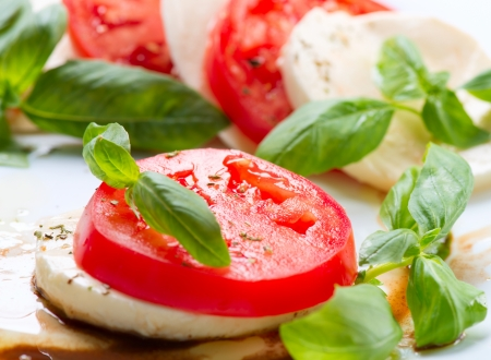 Caprese Salad  Tomato and Mozzarella slices with basil leaves Imagens - 19978738