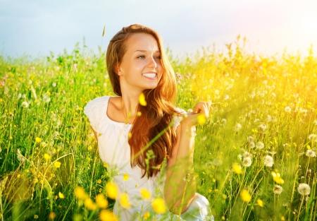 美しい少女の屋外を楽しむ自然草原アレルギー フリー