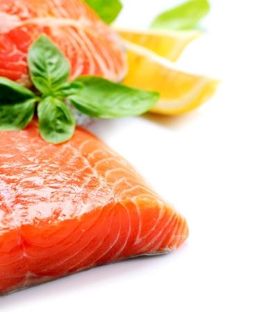 vis: Zalm Ruwe Filet Red Fish geïsoleerd op een witte achtergrond