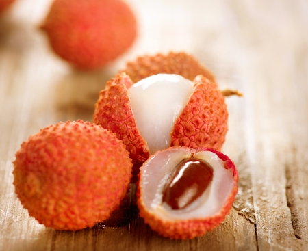 litschi: Lychee on a wooden table  Lichi Closeup  Selective focus