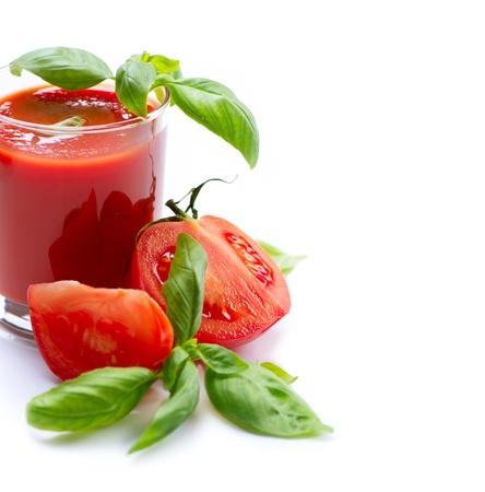 jugo de tomate: Jugo de tomate y tomates frescos aislados en un fondo blanco