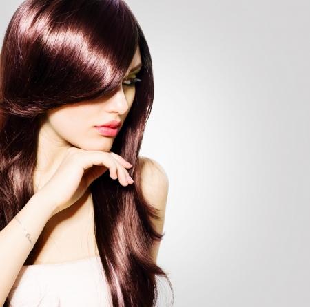 건강한 긴 갈색 머리를 가진 머리 아름다운 갈색 머리 소녀