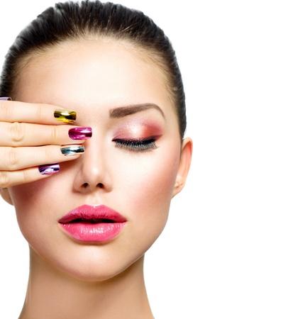 uñas largas: Belleza Moda mujer con las uñas de colores y maquillaje de lujo Foto de archivo
