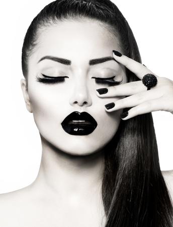 Schwarz und Weiß Brunette Girl Portrait Trendy Caviar Manicure Standard-Bild - 20899660